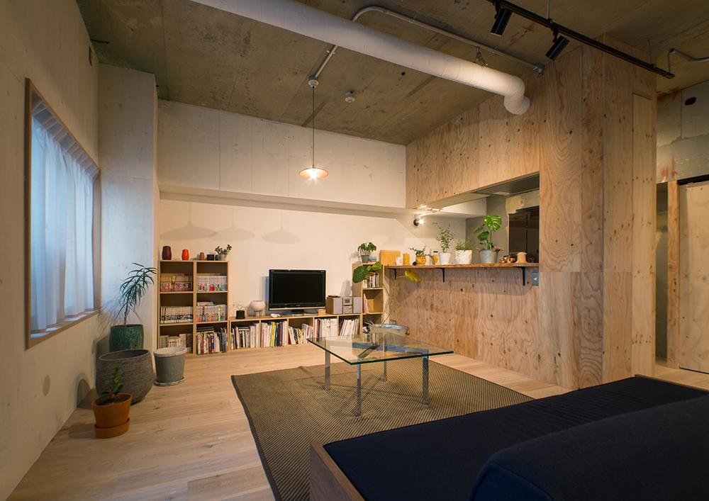 リノベーション、マンションリノベーション、REDESIGN、ワンルームリノベ、リビングダイニング、オープン棚、コンクリート天井、無機質、ダクトレール、スポットライト、合板、木材、グリーン、ガラステーブル