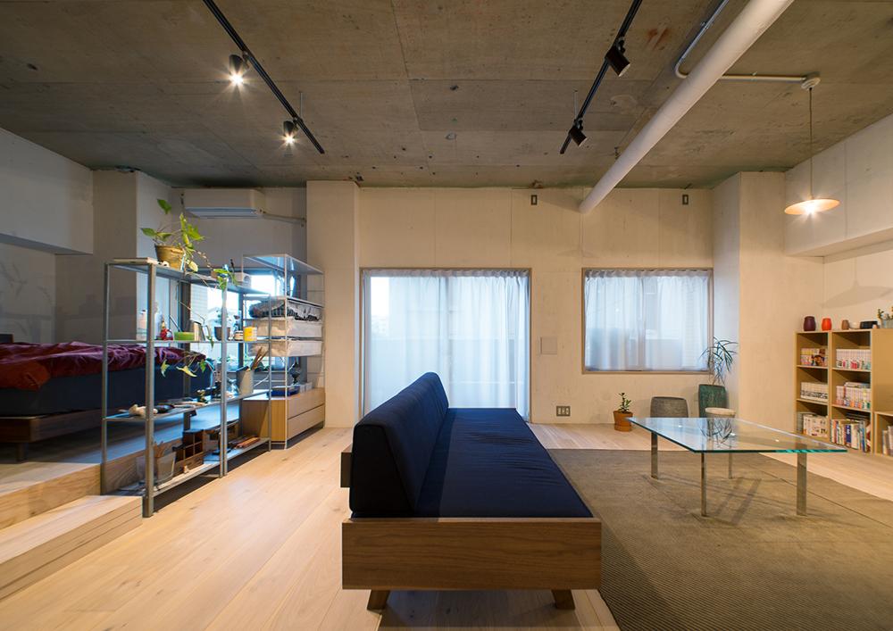 リノベーション、マンションリノベーション、REDESIGN、ワンルームリノベ、ゾーニング、ベッドルーム、リビングダイニング、オープン棚、コンクリート天井、無機質、ダクトレール、スポットライト、ソファ、ガラステーブル