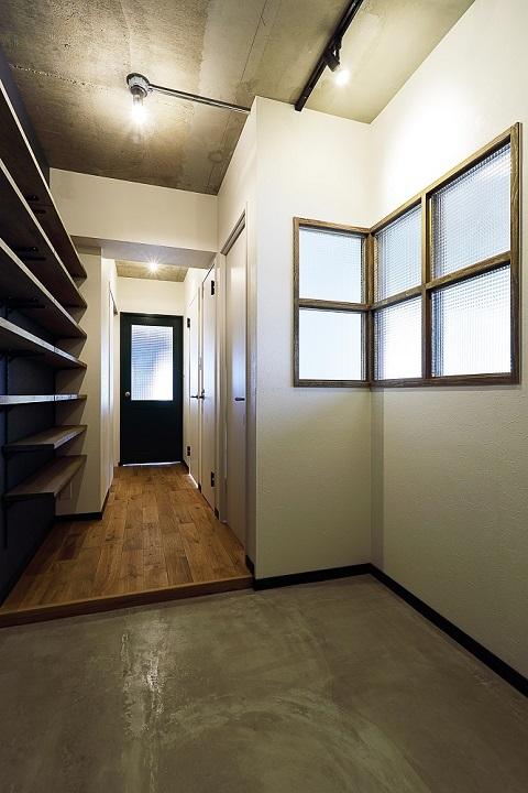 マンションリノベーション、リノベ不動産|Three Eight、躯体あらわし、モルタル仕上げ、室内窓、土間class=