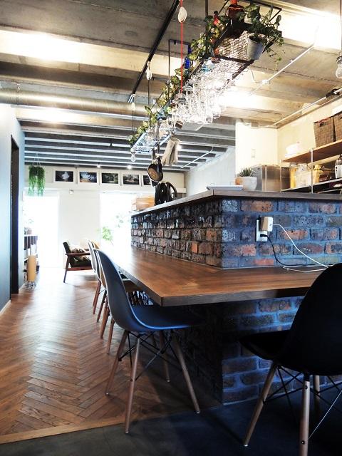 マンションリノベーション、錬、ブリックタイル、対面キッチン、オープン棚