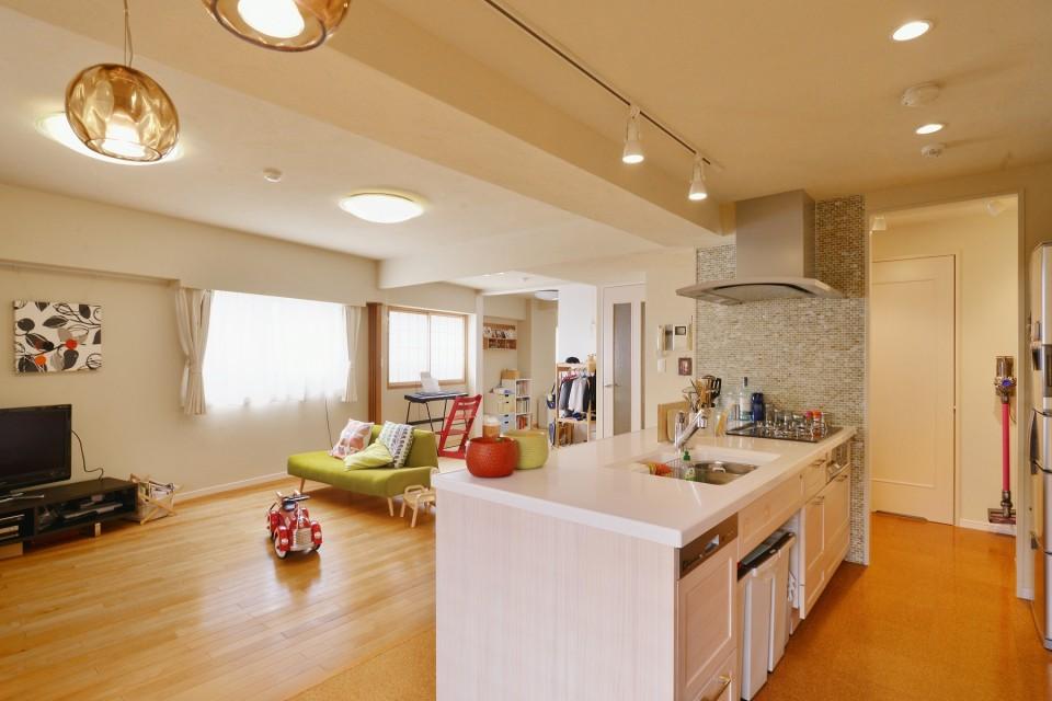 マンションリノベーション、夢工房、オープンキッチン、バーチ床、モザイクタイル、珪藻土