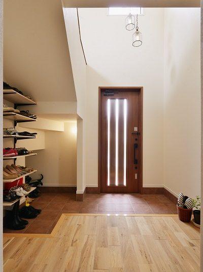 戸建リノベーション、夢工房、玄関土間、石タイル、階段下、オープン収納、玄関収納