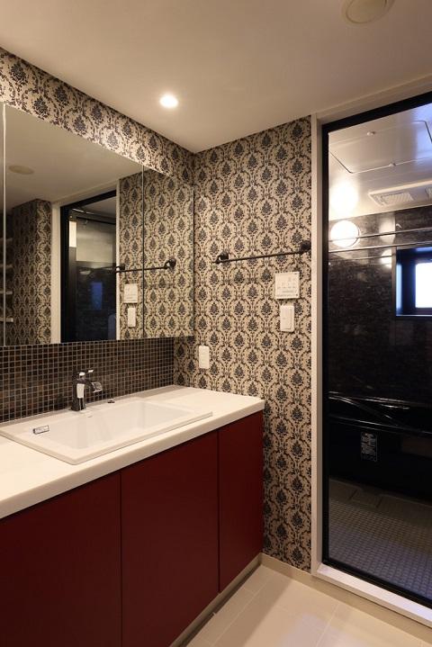 マンションリノベーション、たすかけ、大胆な柄クロス、おしゃれ洗面室、個性的な洗面室