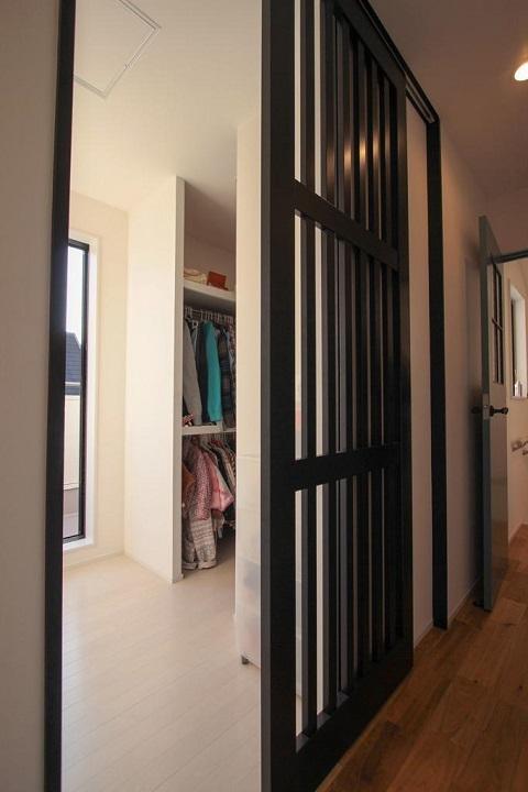 戸建てリノベーション、住工房、格子ドア、ウォークインクローゼット、引き戸