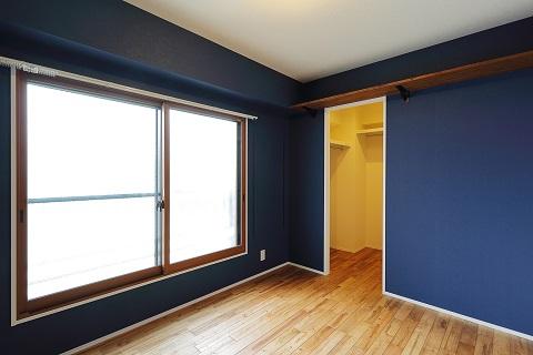 マンションリノベーション、リノベ不動産、アクセントウォール、サクラフローリング、青い壁