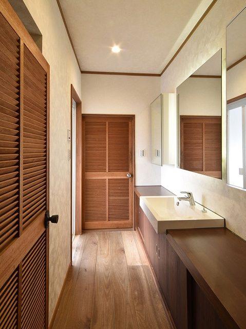 戸建てリノベーション、リクラフト、カウンター洗面、ルーバードア、鏡収納