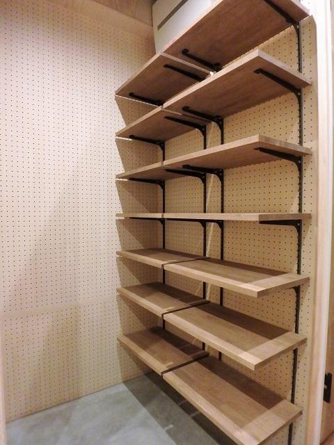マンションリノベーション、リノベ不動産、有孔ボード、可動棚、オープン収納