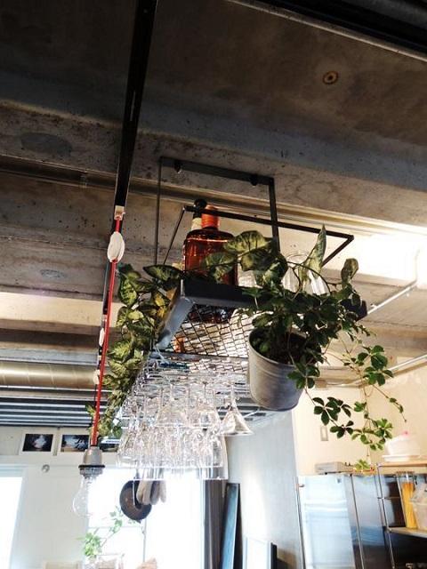 マンションリノベーション、錬、コンクリート現し、吊り下げ棚、グラス収納