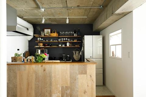 マンションリノベーション、インテリックス空間設計、オープンキッチン、木の腰壁、コンクリートあらわし