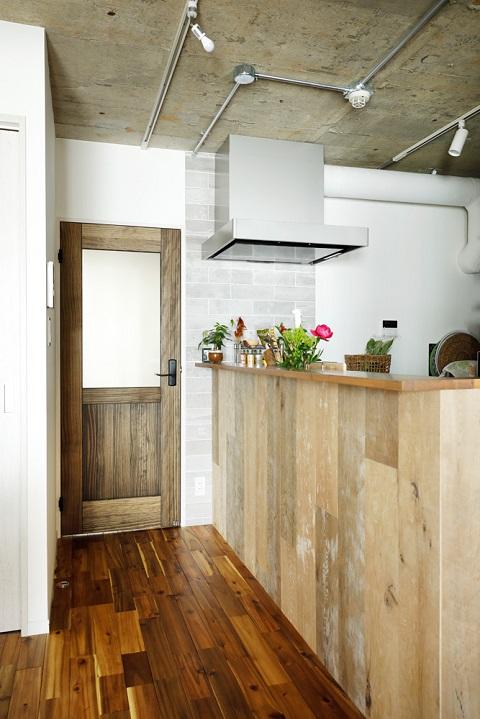マンションリノベーション、インテリックス空間設計、木の腰壁、素材感、コンクリート現し
