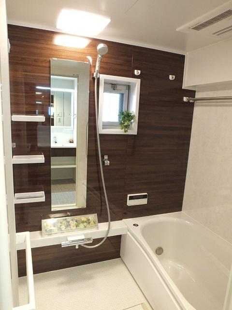 マンションリノベーション、リノベーション東京、浴室、アクセントパネル、ブラウン壁