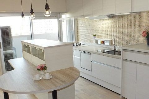 マンションリノベーション、リノベーション東京、造作ダイニングテーブル、造作キッチンカウンター、白いキッチン