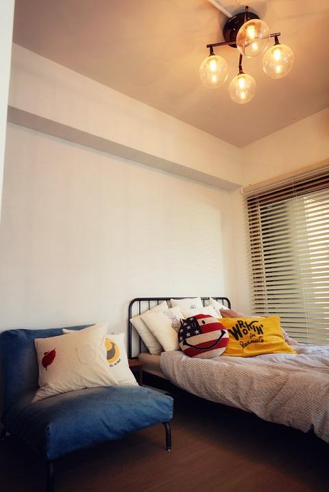 マンションリノベーション、三井のリフォーム、おしゃれベッドルーム、カラフル、室内窓