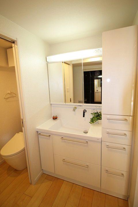 リノベーション東京、マンションリノベーション、洗面収納、白い洗面室、三面鏡