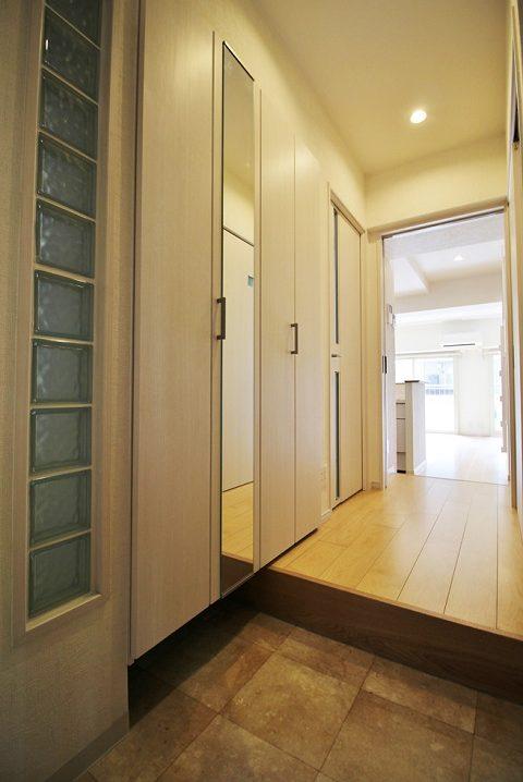 リノベーション東京、マンションリノベーション、ガラスブロック、玄関収納、玄関鏡