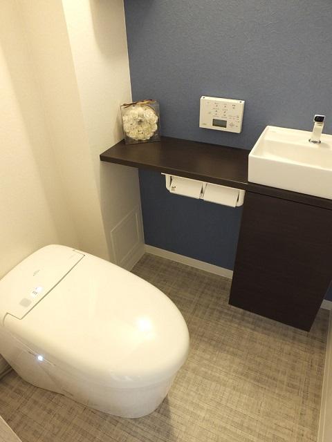 マンションリノベーション、リノベーション東京、タンクレストイレ、トイレ手洗い器、アクセントウォール