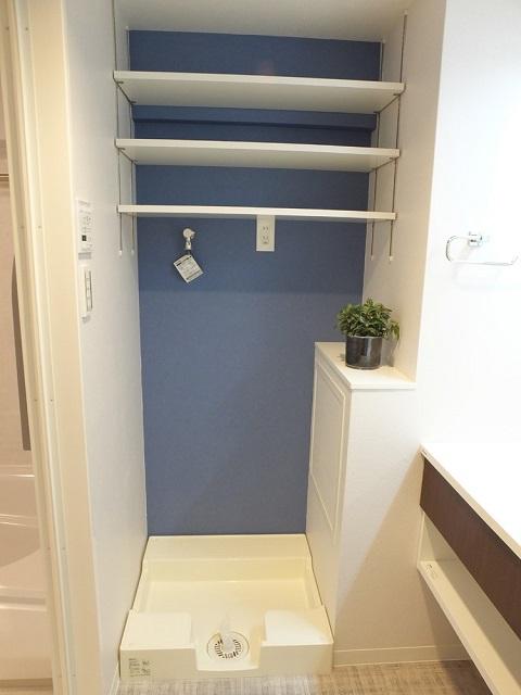マンションリノベーション、リノベーション東京、洗濯機置き場、アクセントウォール、オープン棚