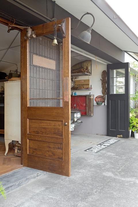 戸建てリノベーション、スクールバス、無垢板ドア、ヴィンテージ感、ガレージハウス