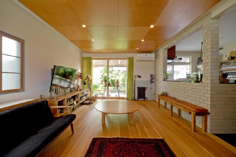 戸建てリノベーション、スクールバス、板張り天井、無垢フローリング、白いタイル壁