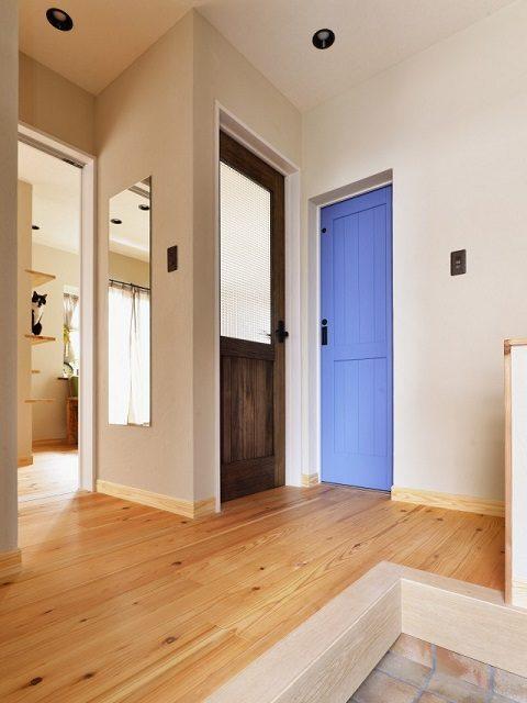 戸建てリノベーション、夢工房、ブルードア、杉無垢、ガラス入りドア、三和土、玄関