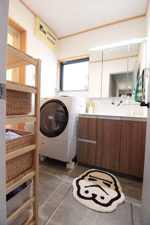 戸建てリノベーション、湘南リフォーム、ナチュラル洗面室、三面鏡、かご収納
