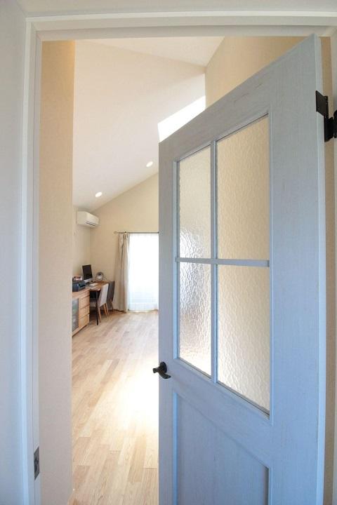 戸建てリノベーション、湘南リフォーム、格子ガラス、青いドア、アイアン取っ手