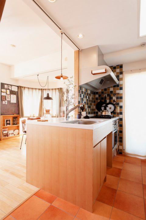 リノベーション、スタイル工房、メゾネット、、造作キッチン、対面キッチン、タモ材、タイル壁、テラコッタ風フロアタイル