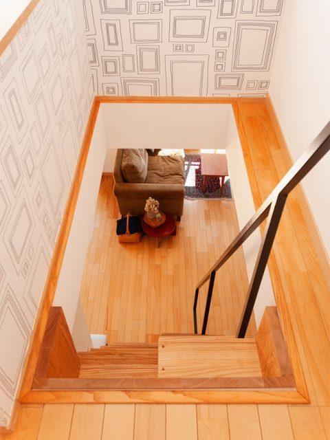 リノベーション、スタイル工房、メゾネット、ロフト、アクセントクロス、階段、入れ違い階段、アッシュフリー板