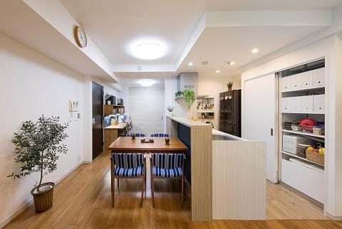 マンションリノベーション、たすかけ、引き戸収納、対面キッチン、グリーンを飾る