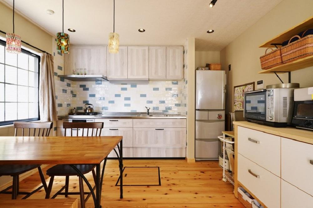 戸建てリノベーション、夢工房、カラフル照明、四方框、キッチンタイル