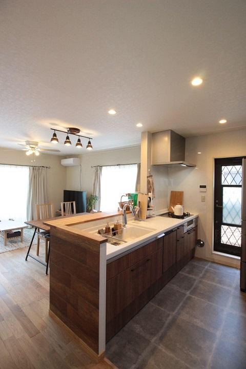 戸建て、リノベーション、湘南リフォーム、対面キッチン、モルタル風、タイル、造作カウンター