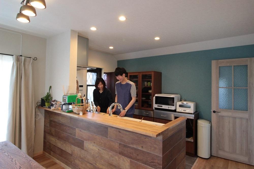 戸建てリノベーション、湘南リフォーム、オープンキッチン、ナチュラルアンティーク、格子ガラス