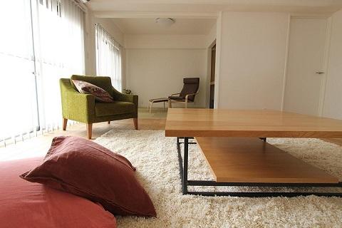 マンションリノベーション、住工房、木のリビングテーブル、引き込み戸、白い壁
