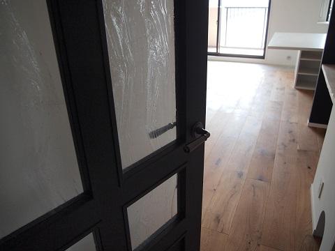 マンションリノベーション、錬、レトロ風室内ドア、黒い枠ドア、おしゃれハンドル