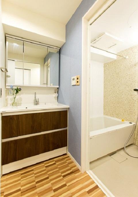 マンションリノベーション、インテリックス、木目塩ビタイル、洗面三面鏡、洗面ブルー壁