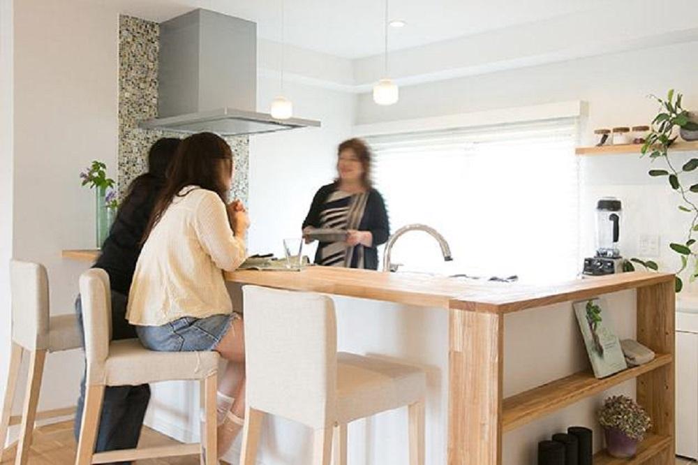 マンションリノベーション、住工房、対面キッチン、カウンターで食事、キッチン飾り棚