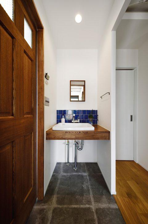 戸建リノベ、スタイル工房、手洗い、タモ材、青いタイル、タイル壁
