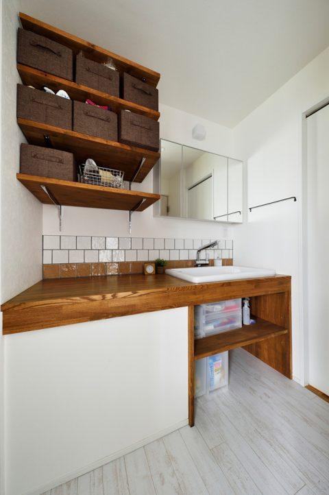 戸建リノベ、スタイル工房、洗面台、洗面所、洗面カウンター、木製カウンター、タイル壁