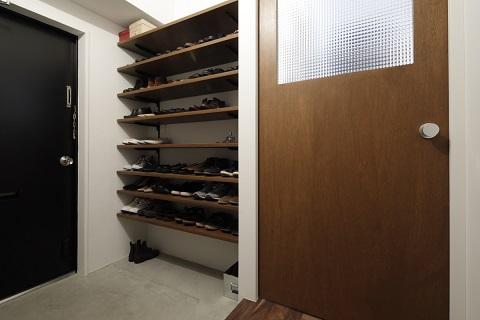 マンションリノベーション、東京リノベ、オープン靴箱、モルタル玄関、チェッカーガラス