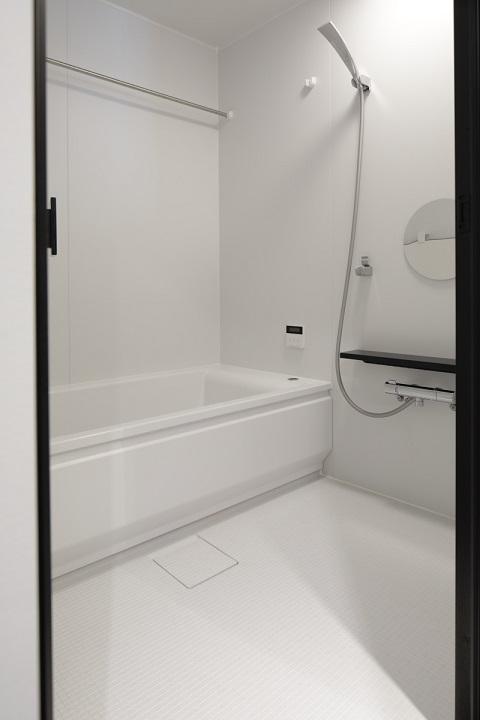 マンションリノベーション、東京リノベ、白い浴室、円形ミラー、スクエア浴槽