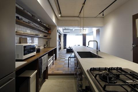 マンションリノベーション、東京リノベ、モルタル床、見せる収納、ダクト配線むき出し