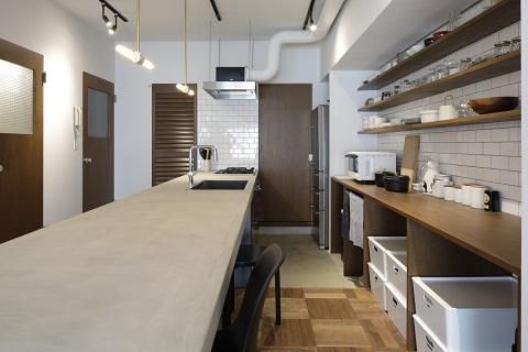 マンションリノベーション、東京リノベ、オープンキッチン、モルタル天板、白いタイル壁