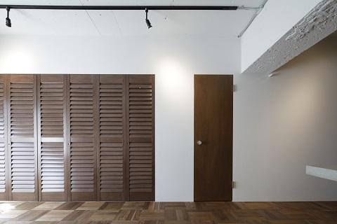マンションリノベーション、東京リノベ、折戸間仕切り、ウッドシャッター、パーケットフローリング width=