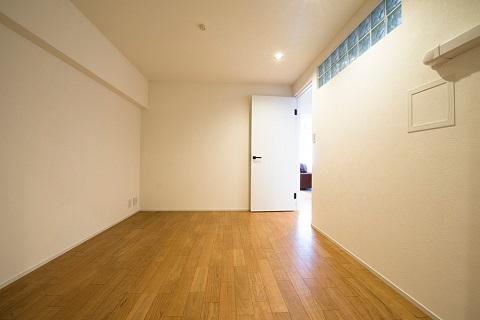マンションリノベーション、リノデュース、室内窓、ブラックチェリーフローリング、白いドア