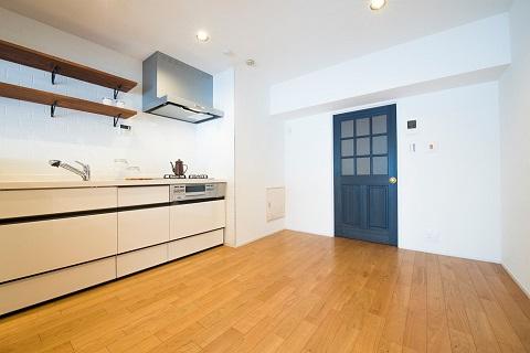 マンションリノベーション、リノデュース、ディプブルー室内ドア、ブラックチェリーフローリング、キッチンオープン棚