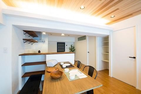 マンションリノベーション、リノデュース、レッドシダー天井、間接照明、キッチンカウンター