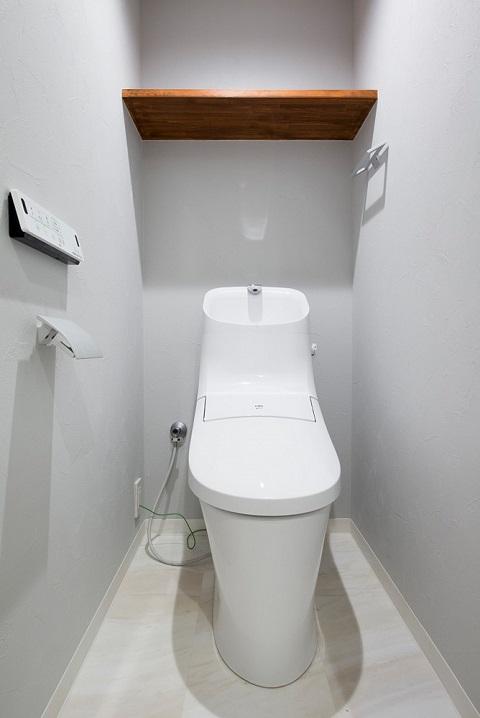 マンションリノベーション、リノデュース、シンプルトイレ、トイレオープン棚、シンプル紙巻器