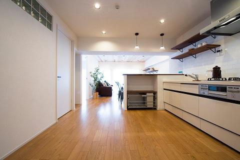 マンションリノベーション、リノデュース、室内窓、キッチンカウンター、キッチンオープン棚