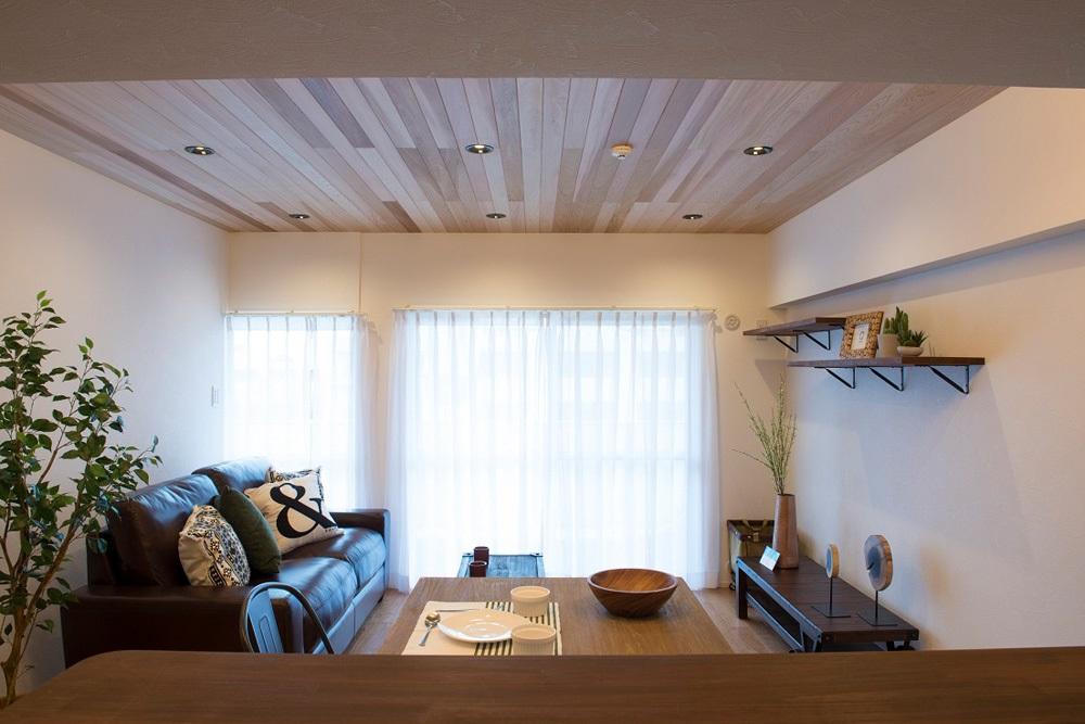 マンションリノベーション、リノデュース、レッドシダー天井、カフェ風リビング、ゆったりソファ