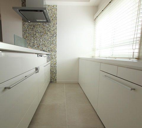 マンションリノベーション、住工房、白いキッチン、二列キッチン、タイルキッチン